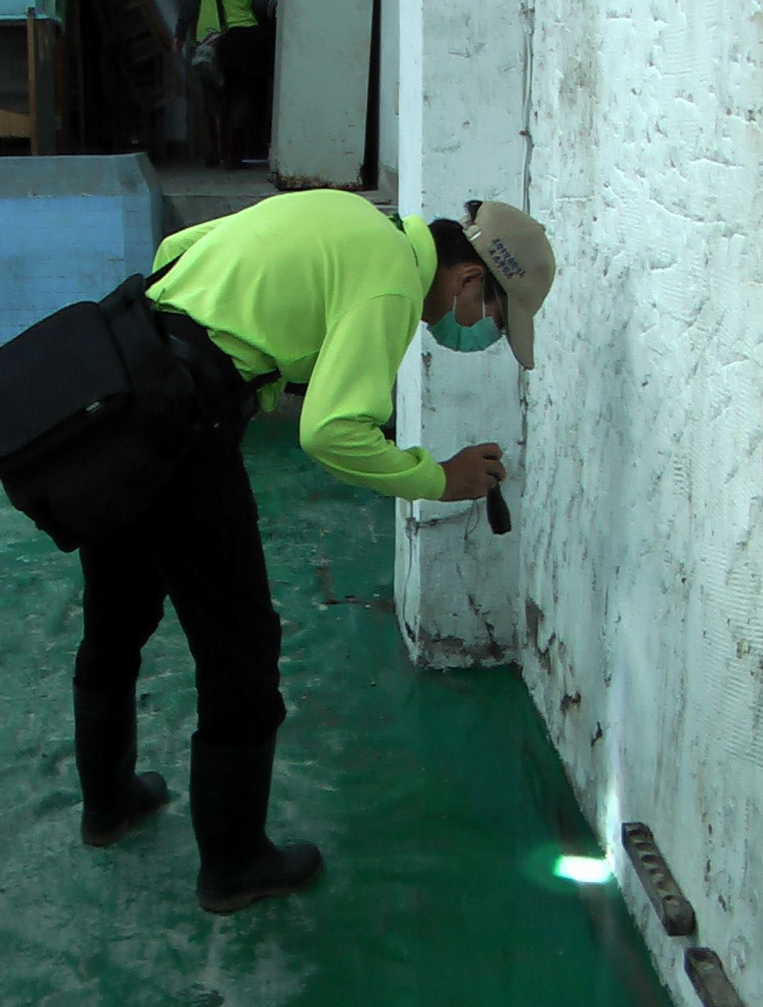 防疫人員在三民區本土登革熱確診個案附近,進行地毯式孳生源檢查。記者徐如宜/攝影