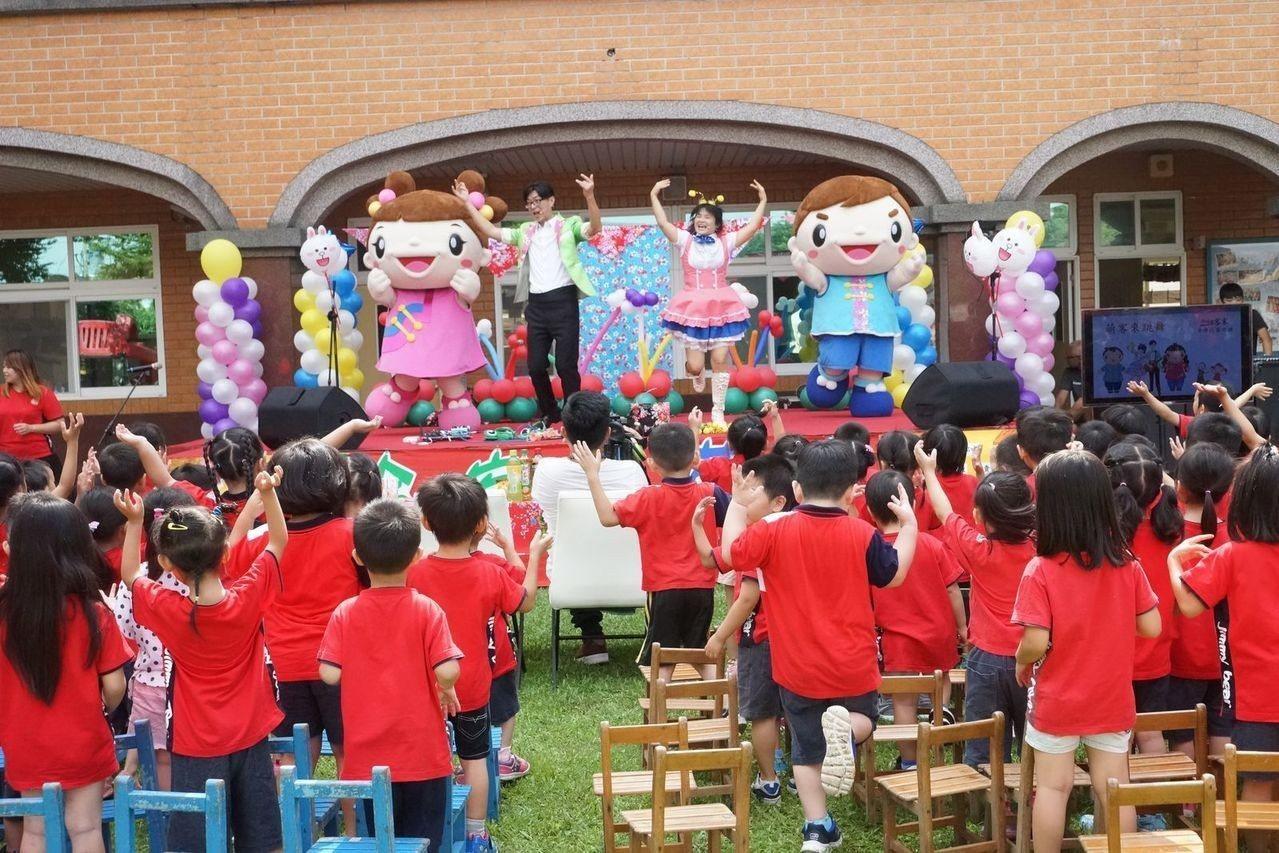 客家局吉祥物-阿弟阿妹,也跟著表演團隊進入校園,受到小朋友熱烈歡迎。圖/桃園市客...