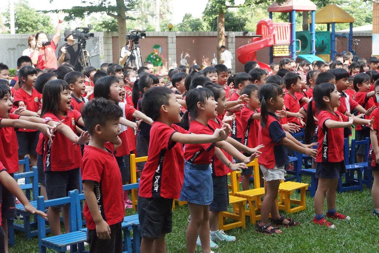 桃園客家音樂校園巡演,今天到八德區加貝爾幼兒園演出,小朋友跟著台上香蕉哥哥及蘋果...