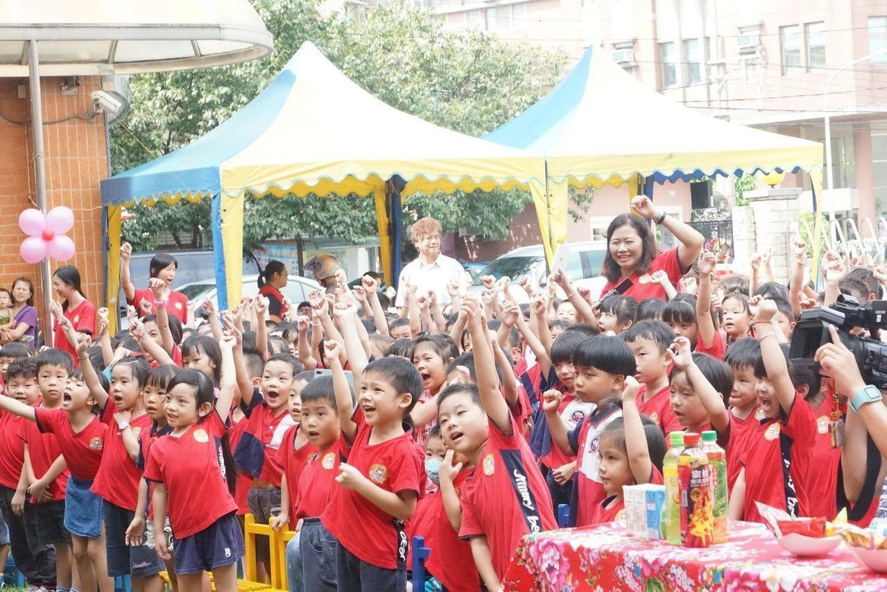 享樂10弦樂團活潑動感的表演,吸引許多小朋友爭相舉手,想要上台參與演出。圖/桃園...