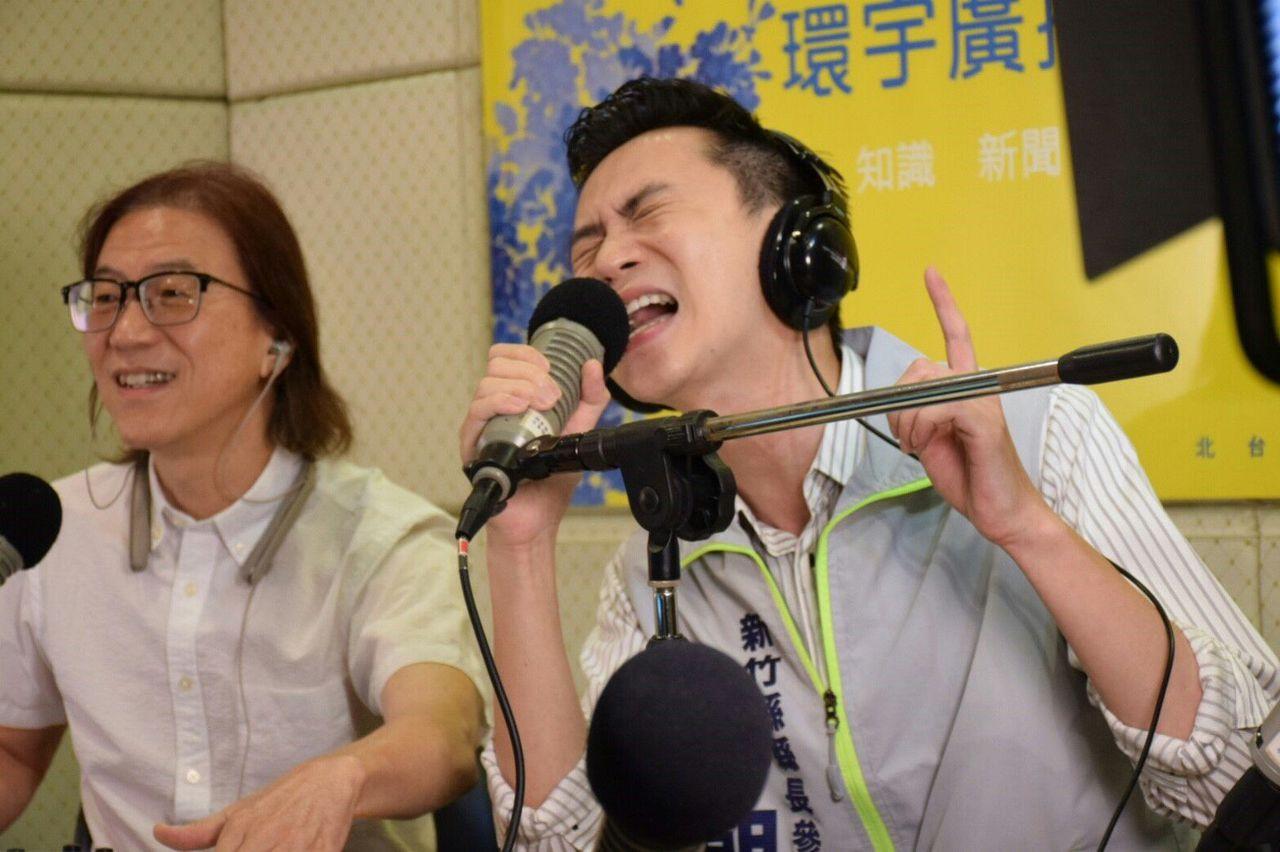 鄭朝方〈右〉表示,他的競選歌曲擺脫以往傳統的競選歌曲風格,不再充滿了濃濃政治味,...