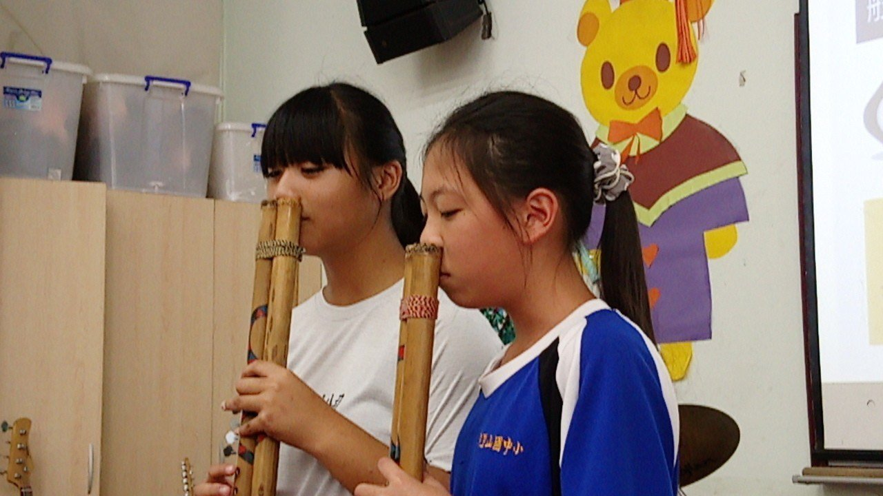 阿里山國中小學生杜宜如(左)、杜詩琪,今天吹奏鼻笛。記者卜敏正/攝影