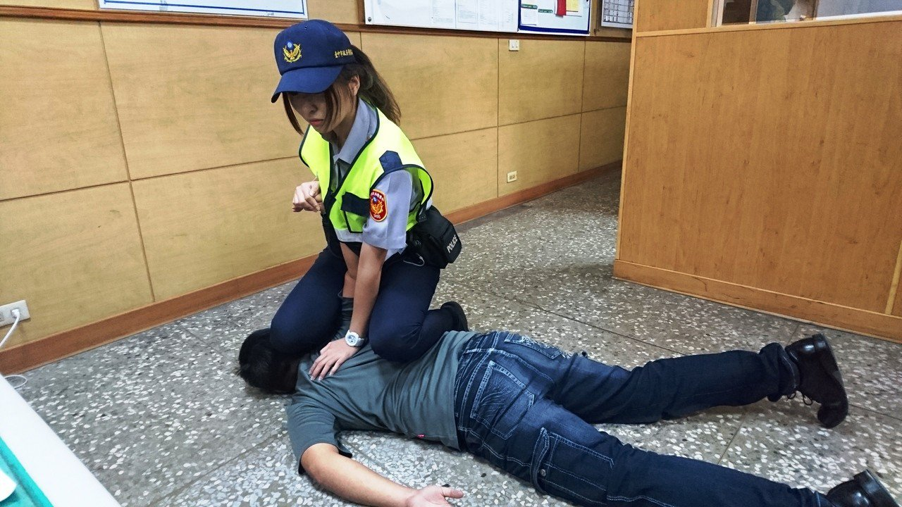 豐原分局女警廖于嬅有柔道底子,執勤常被民眾索要電話加LINE。記者黑中亮/攝影