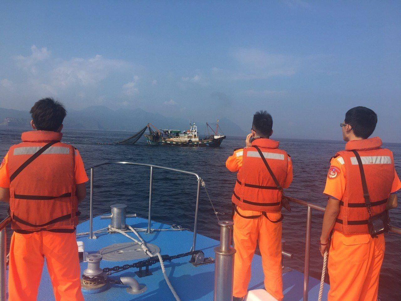 宜蘭籍一艘漁船,今天上午7時許,在鼻頭外海涉嫌違規拖網作業。圖/基隆海巡隊提供