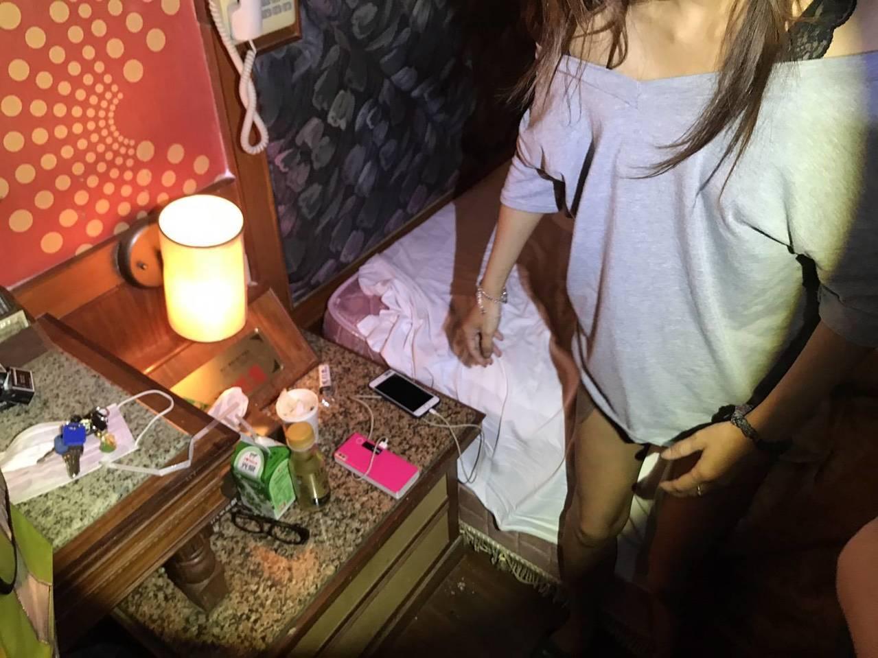 桃園市大園區一間汽車旅館,警方查獲陳姓女子在房內吸食K他命,沒想到陳女故作冷靜,...