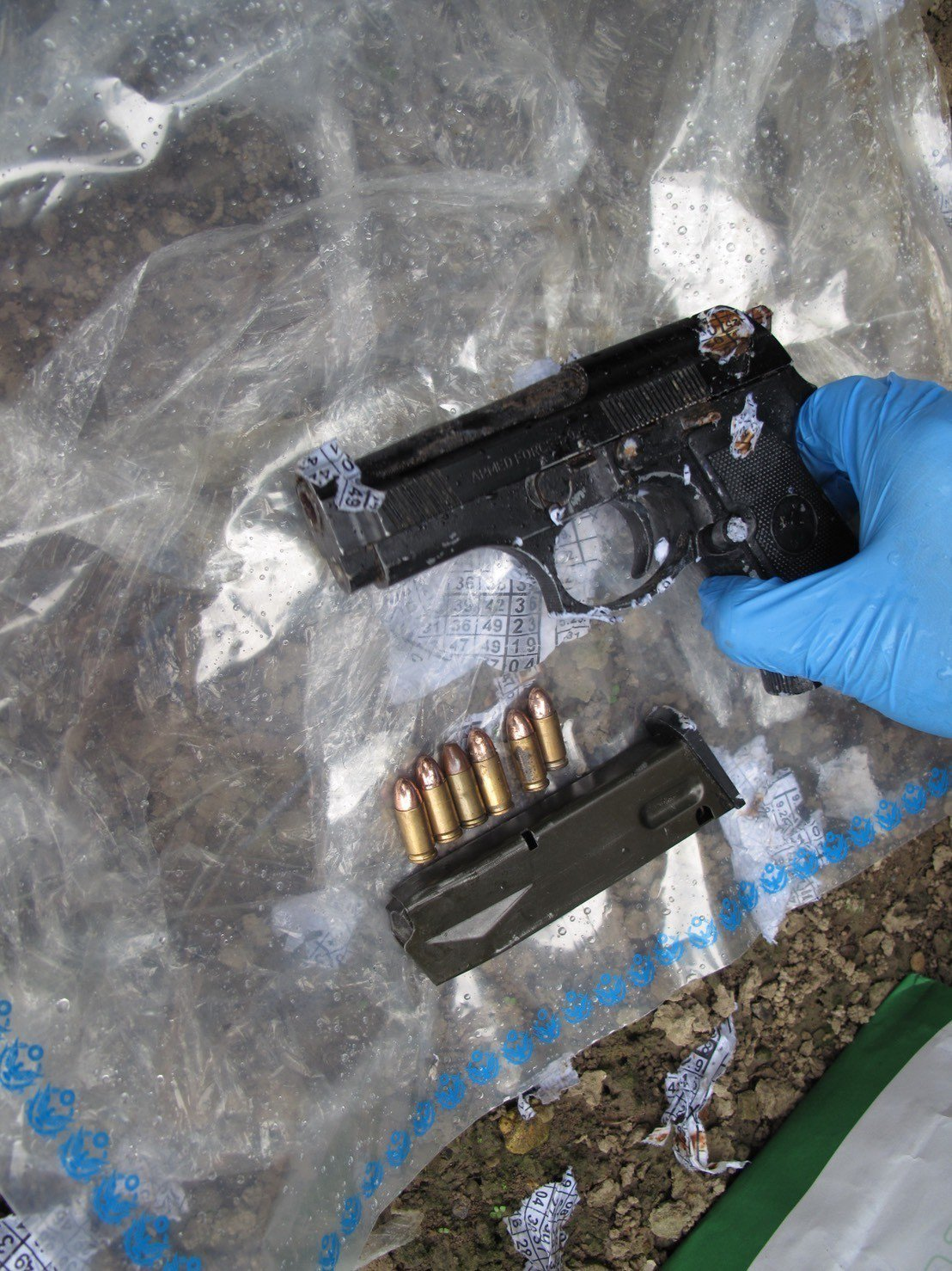 白河警方借提毒品嫌犯起出改造手槍。圖/白河警分局提供