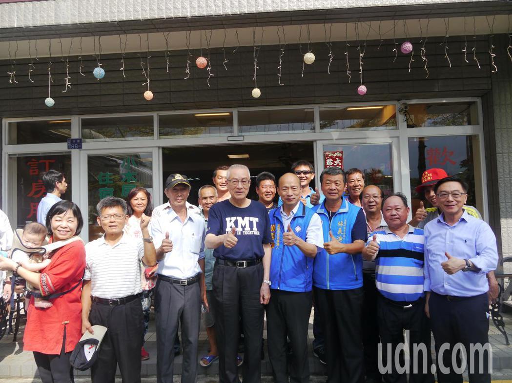 國民黨黨主席吳敦義(左四)來訪,六龜觀光業者表達訴求。記者徐白櫻/攝影