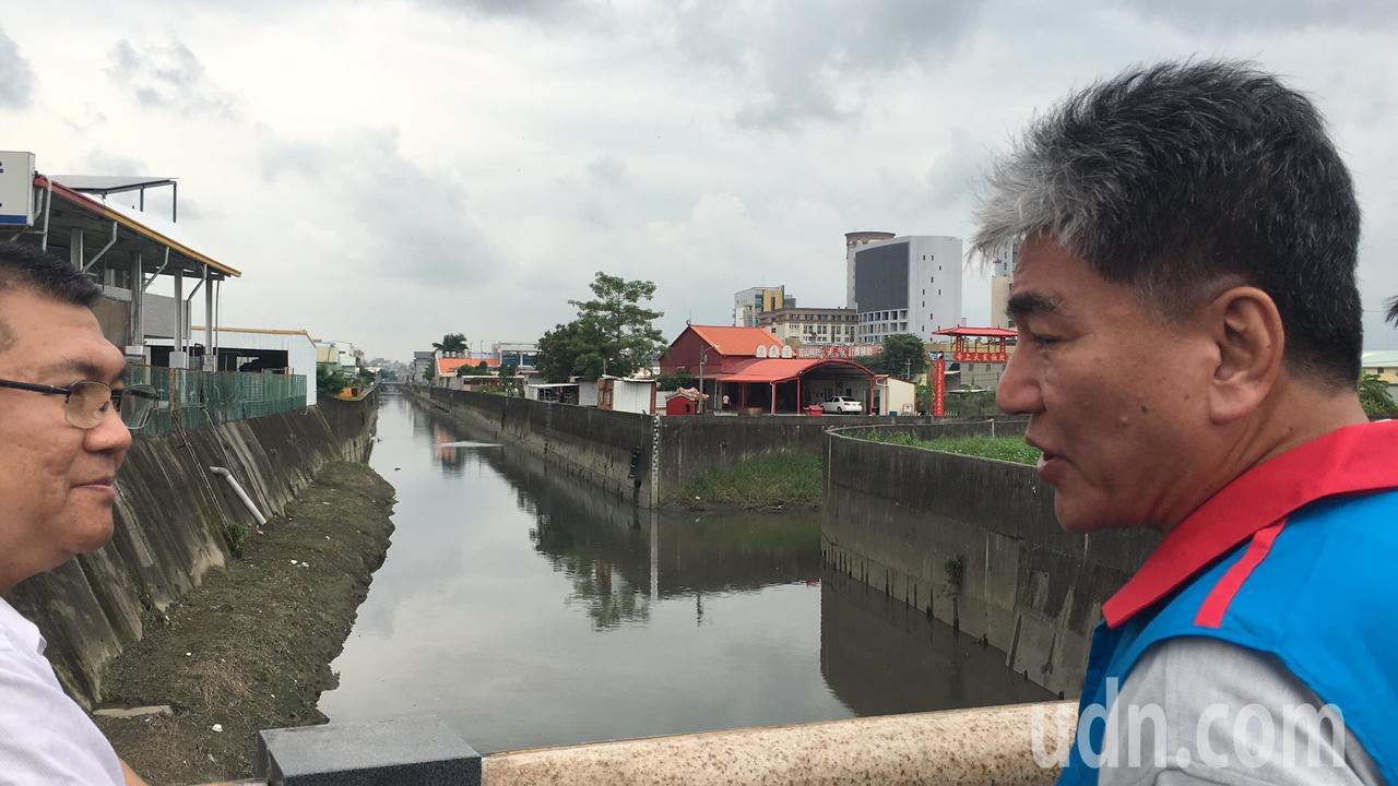 前內政部長李鴻源(右)今天到台南易淹水的三爺宮溪,提供他的治水建議。記者吳淑玲/...