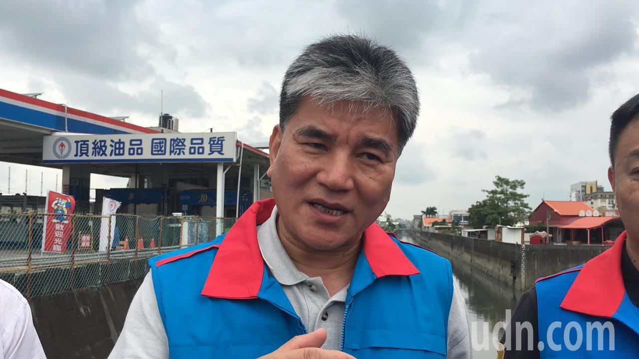 前內政部長李鴻源今天到台南易淹水的三爺宮溪,提供他的治水建議。記者吳淑玲/攝影