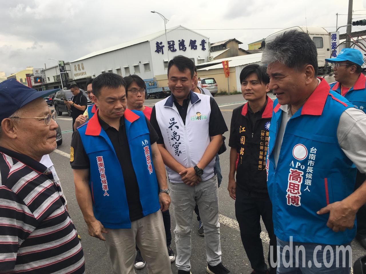 前內政部長李鴻源(右)今天到台南易淹水的三爺宮溪,聽取地方居民的心聲。記者吳淑玲...