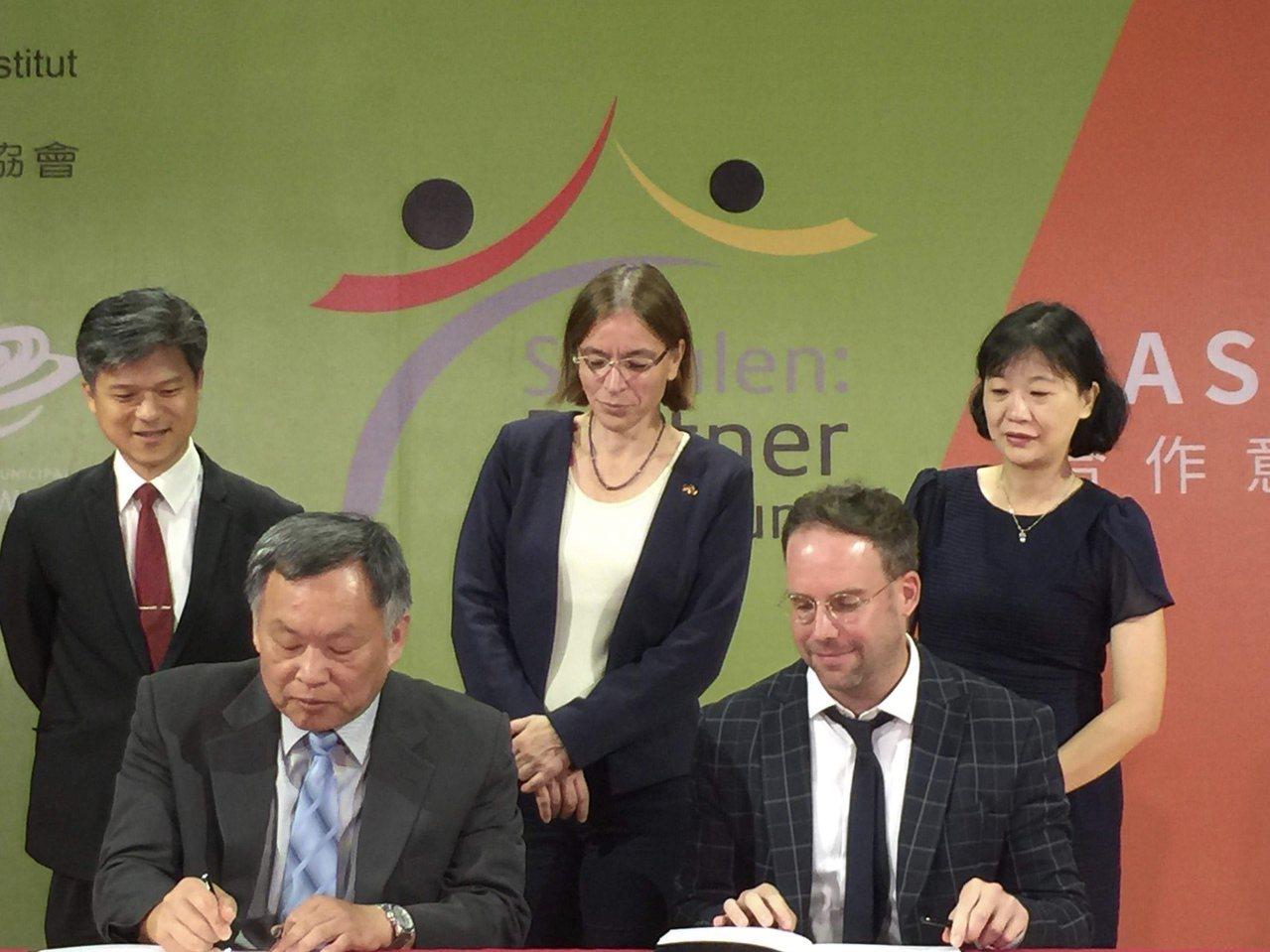 台中市惠文高中校長王沛清(前左)與台北歌德學院簽訂德國「PASCH夥伴學校」計畫...