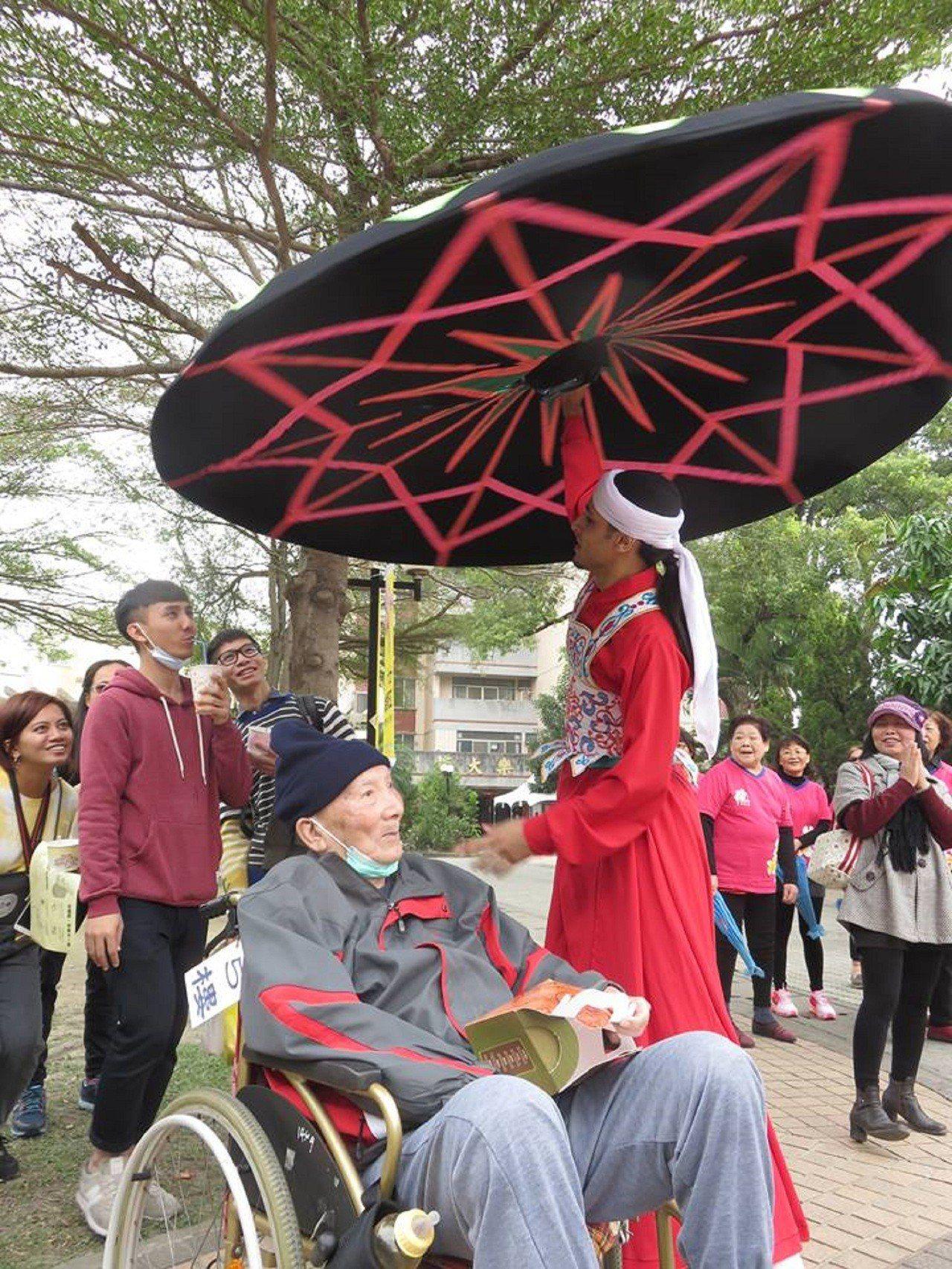 來自埃及的何穆(站立者)曾到南區老人之家公益演出。圖/蔡順柔提供