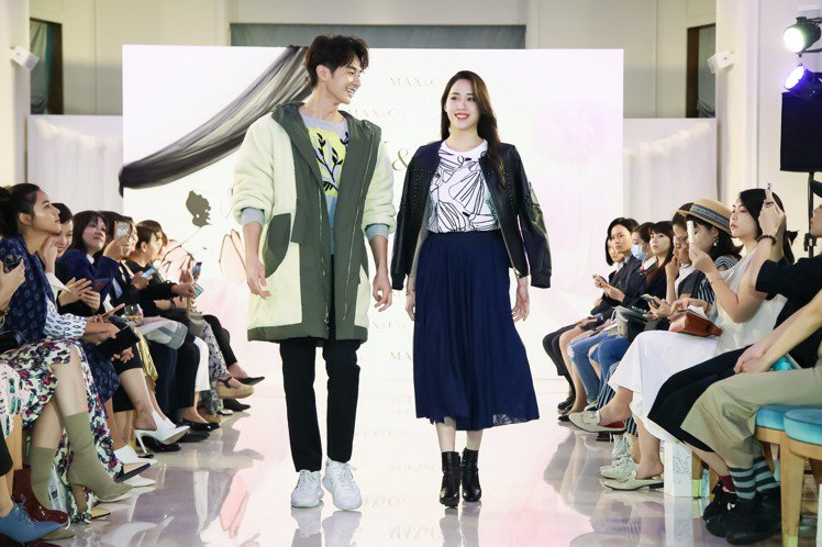 张轩睿(左)与欧阳妮妮(右)首次为MAX&Co.同台走秀。 图/华敦提供