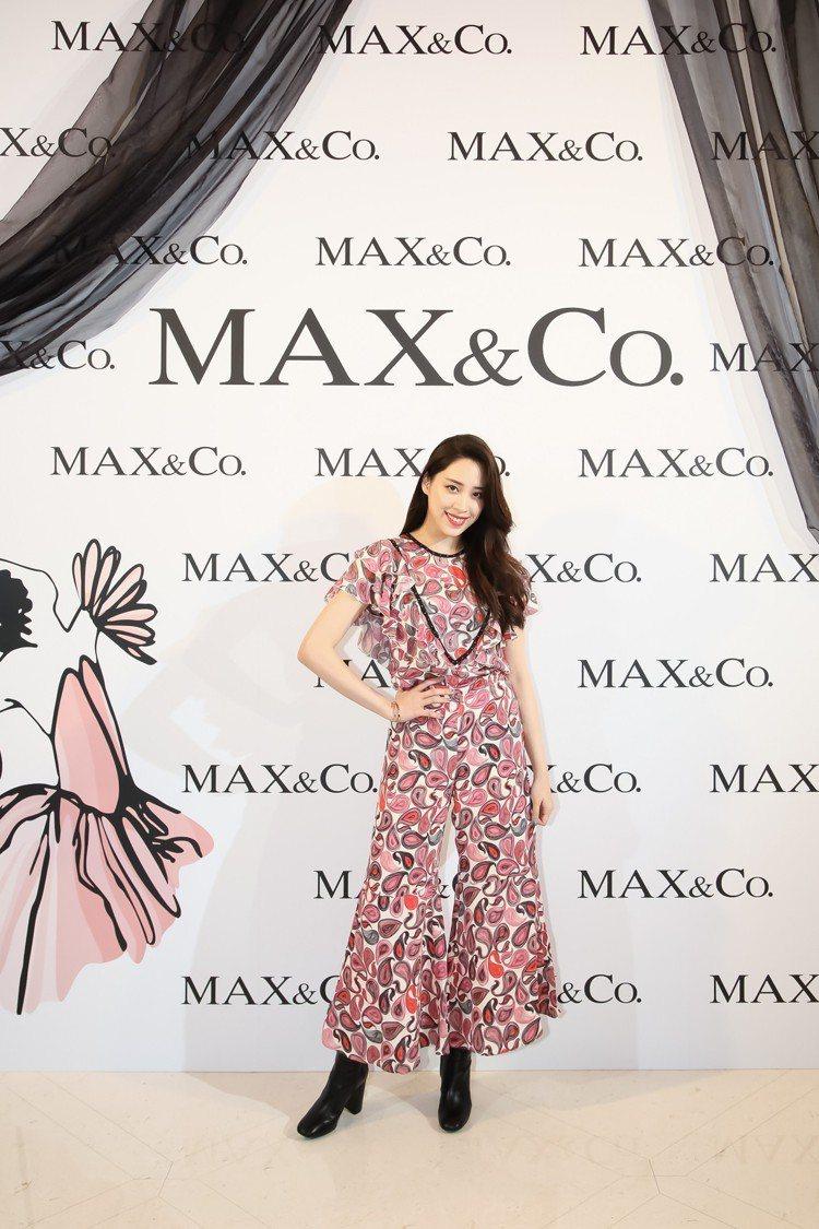 歐陽妮妮穿著MAX&Co.佩斯利印花連身褲裝11,800元。圖/華敦提供