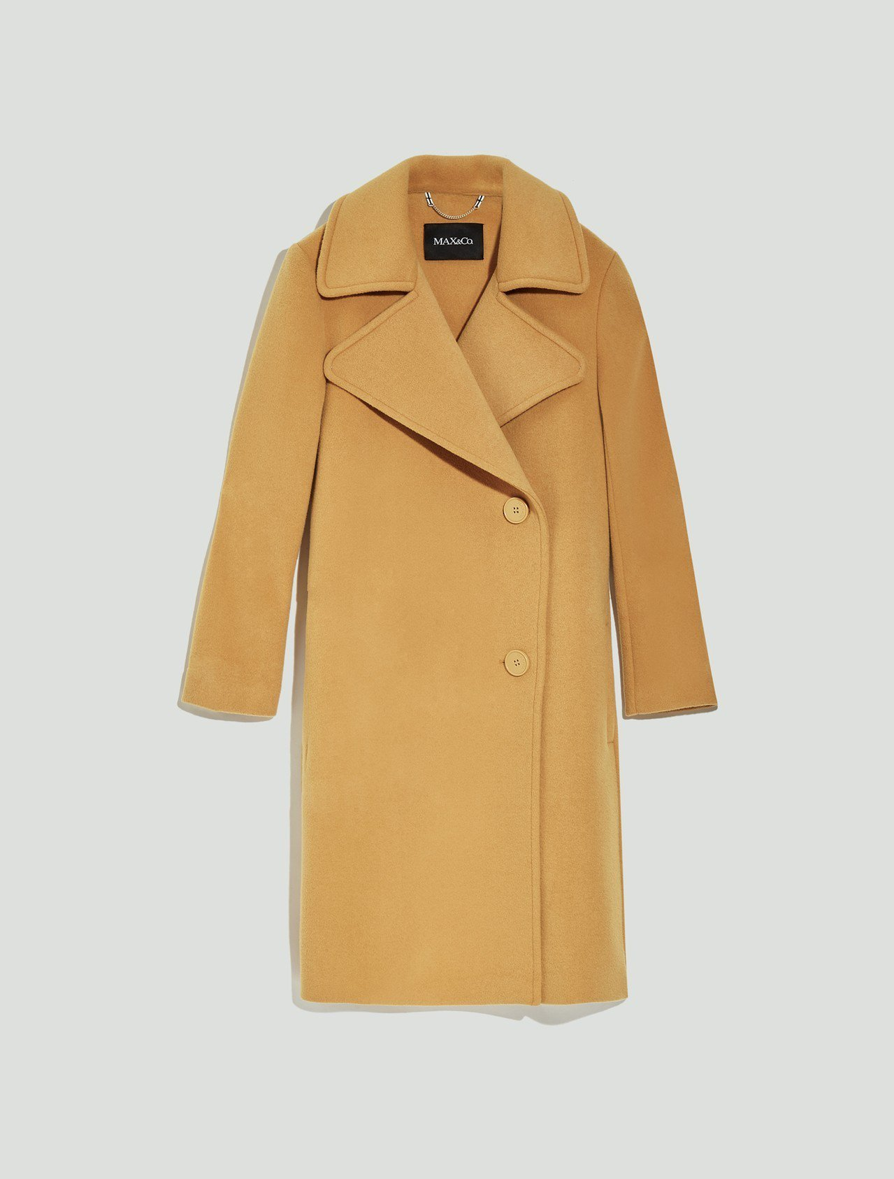 MAX&Co.2018秋冬系列芥末黃翻領大衣34,200元。圖/華敦提供