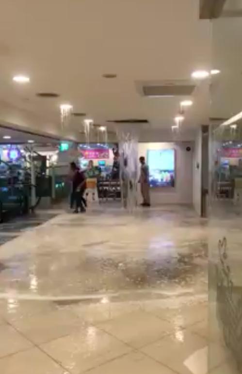 桃園今日下午突然暴雨,台茂購物中心二樓天花板因雨水管剝落,造成嚴重漏水,水勢像瀑...