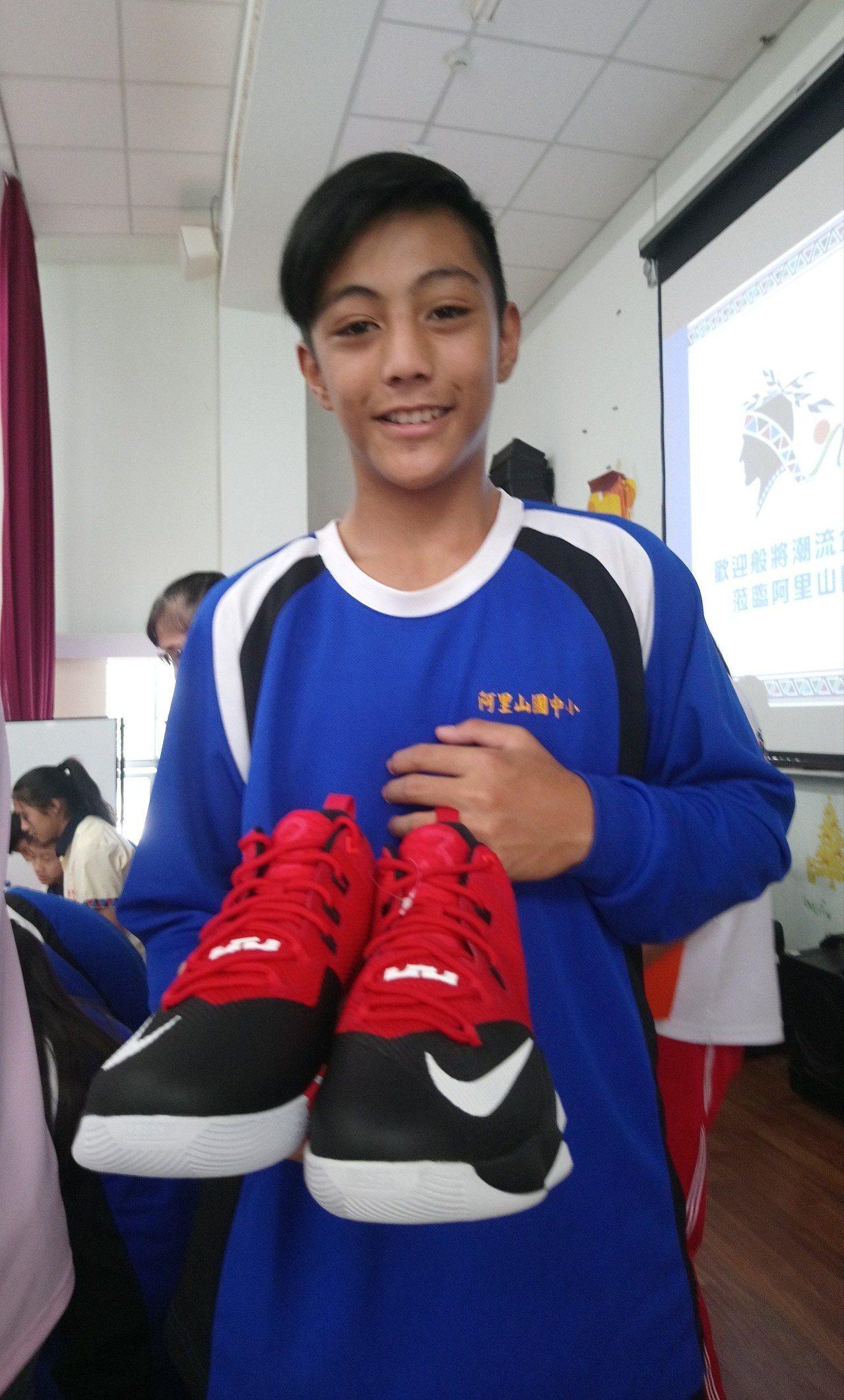 籃球隊學生直言,球鞋很高檔、平常不捨得穿。 記者卜敏正/攝影
