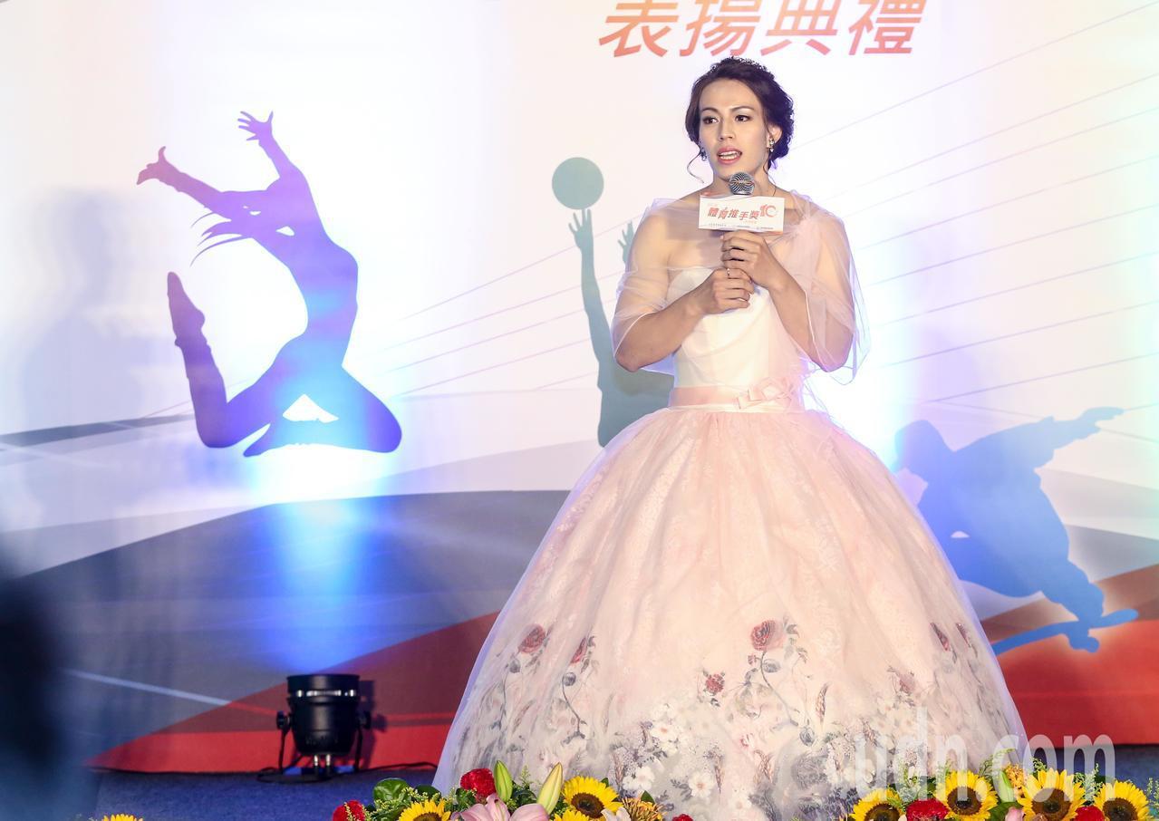 我國舉重好手郭婞淳穿上洋裝禮服擔任主持人。記者鄭清元/攝影
