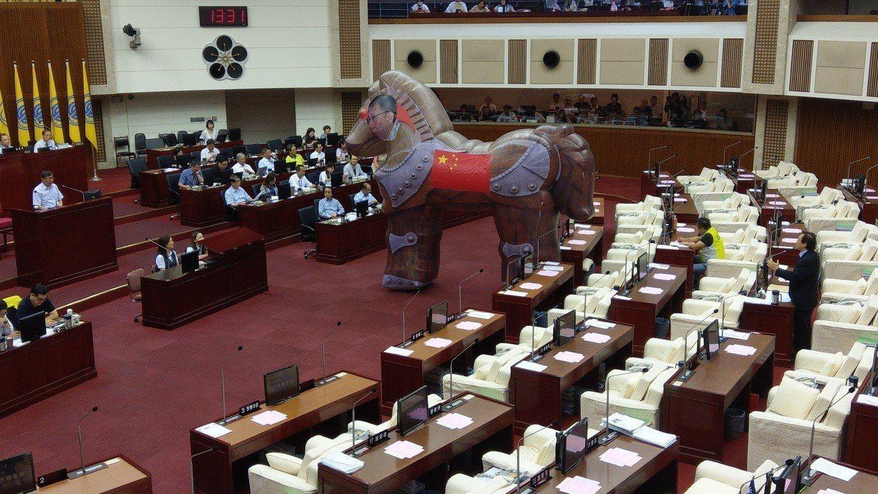 被稱「柯黑」的民進黨台北市議員王世堅,下午在這次會期最後一次總質詢面對台北市長柯...