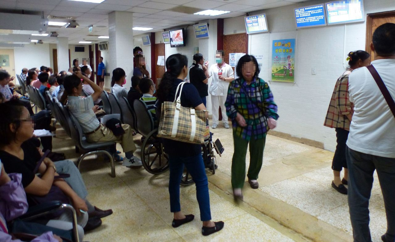 很多病患及家屬有大醫院迷思,大小病痛都往大醫院跑,醫院候診間擠滿等候看診的患者。...