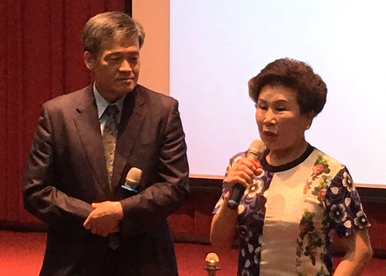 70歲吳姓癌症病患(右)分享,她現在糖尿病等慢性病都在診所看診,需要轉到大醫院,...