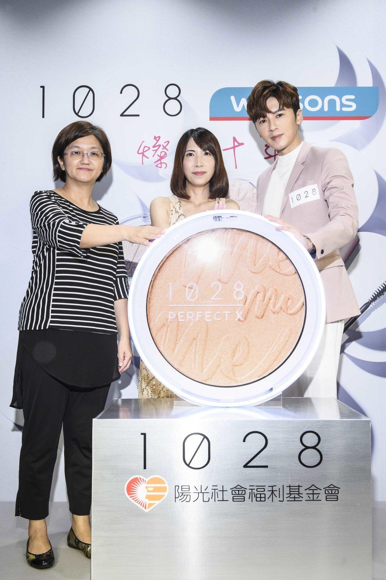 1028總經理孫莉婷(中)表示,即日起品牌每售出一個「完美十刻打亮限量盤」,即提...