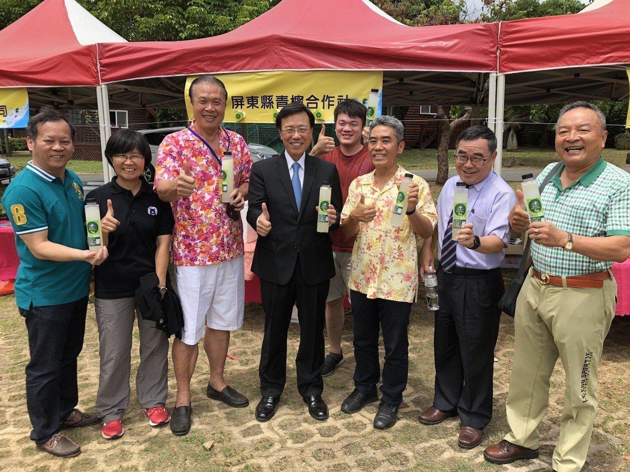 交通部次長張政源(中)今天出席「2018海洋美食節」,為社區農特展促銷。記者潘欣...
