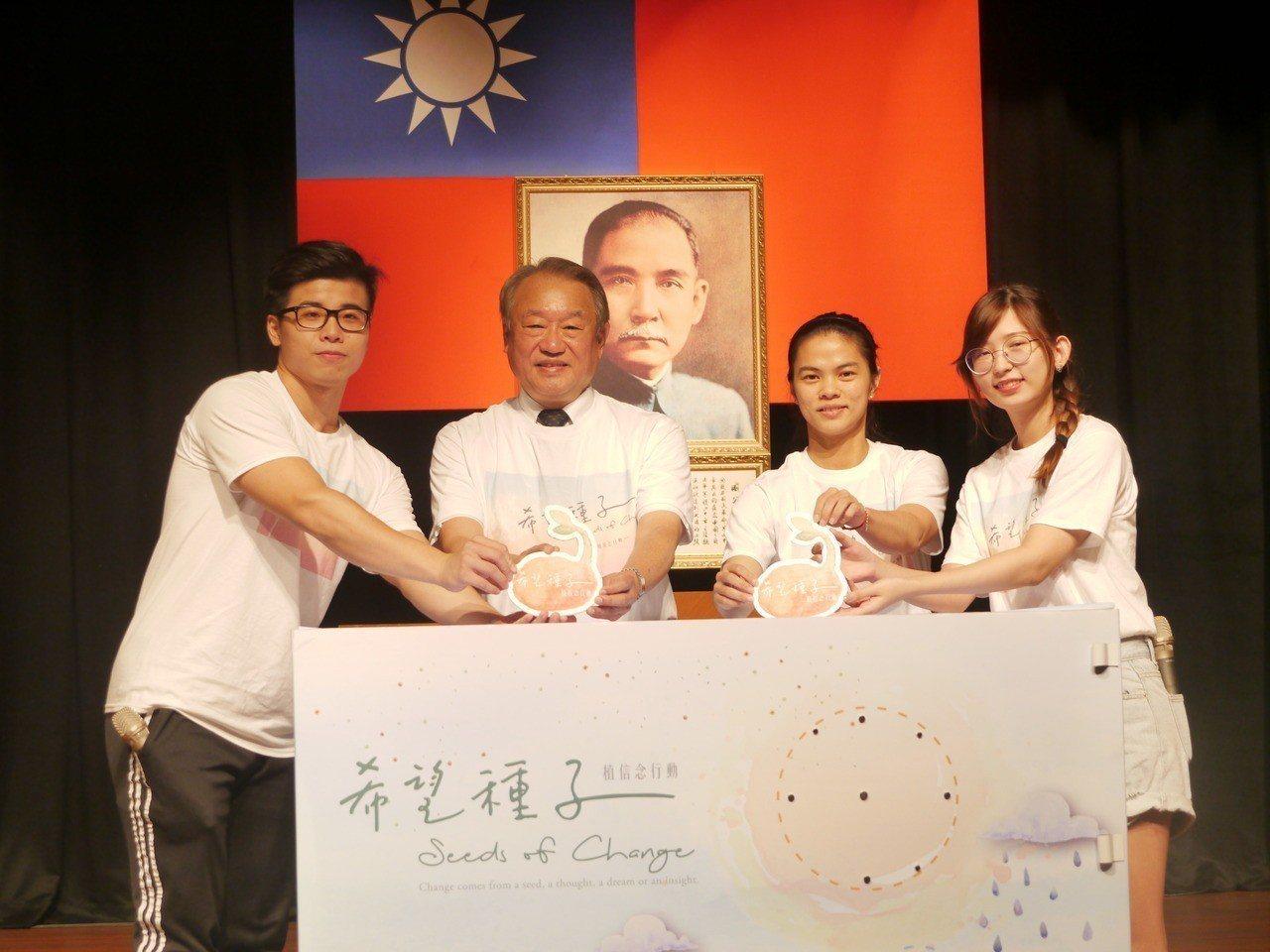 正修科技大學畢業校長許淑淨(右二)返校擔任希望大使。記者徐白櫻/攝影