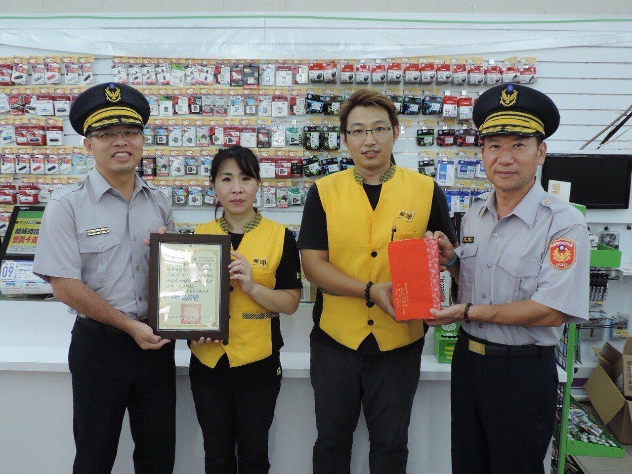 燦坤3C商家陳姓店員阻詐5萬5000元,永康分局前往店家表揚。圖/永康分局提供