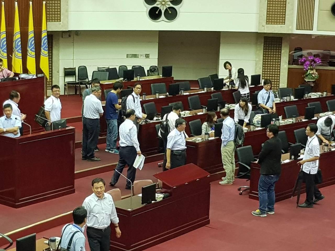 台北市議員周柏雅今天於議會怒批無法順利回答市場改建案資料的市長柯文哲「你們批評吳...