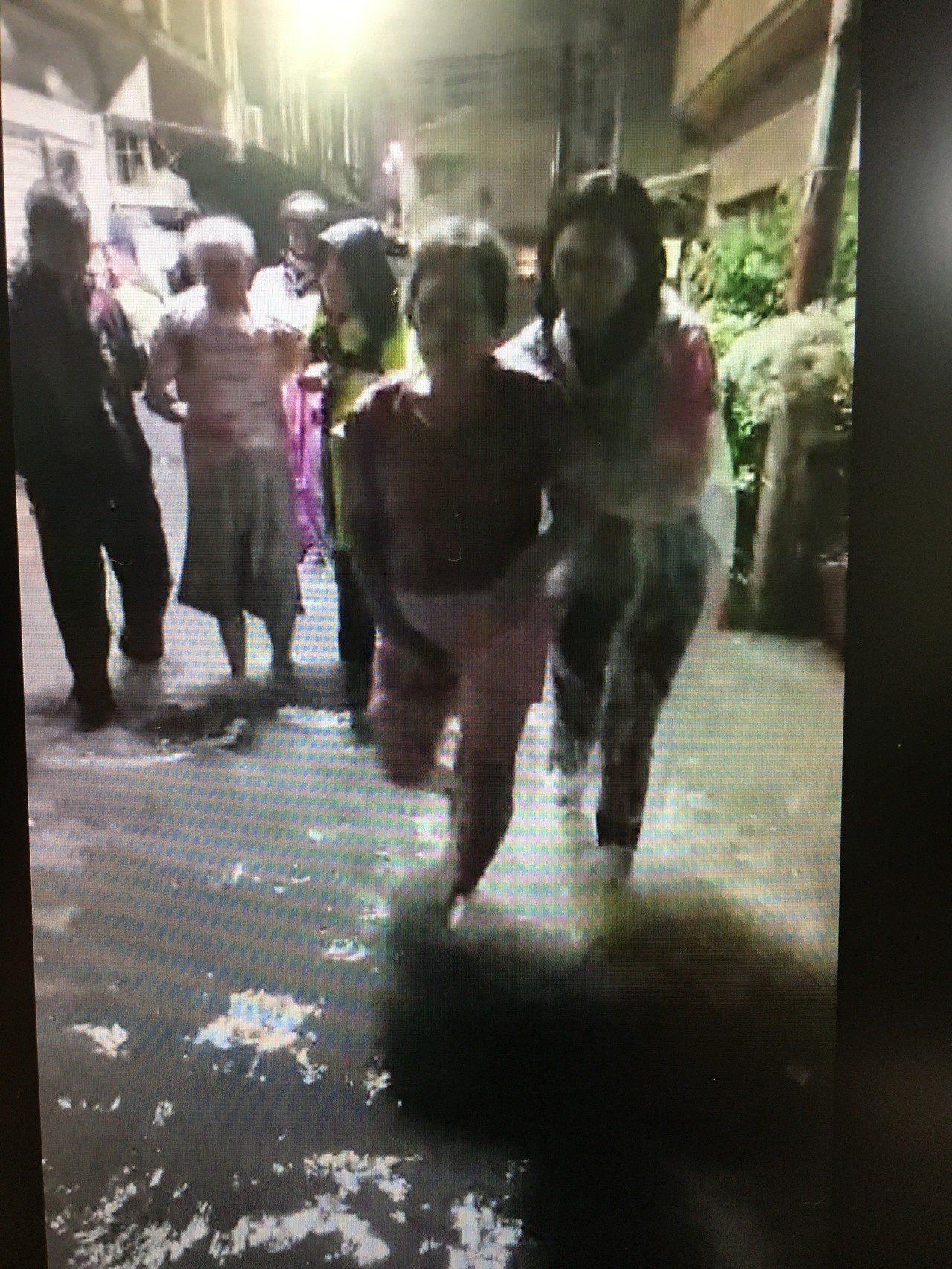 台南市永康區中華路154巷下午因急驟雨又淹水,居民倉皇撤離。圖/取自林燕祝臉書