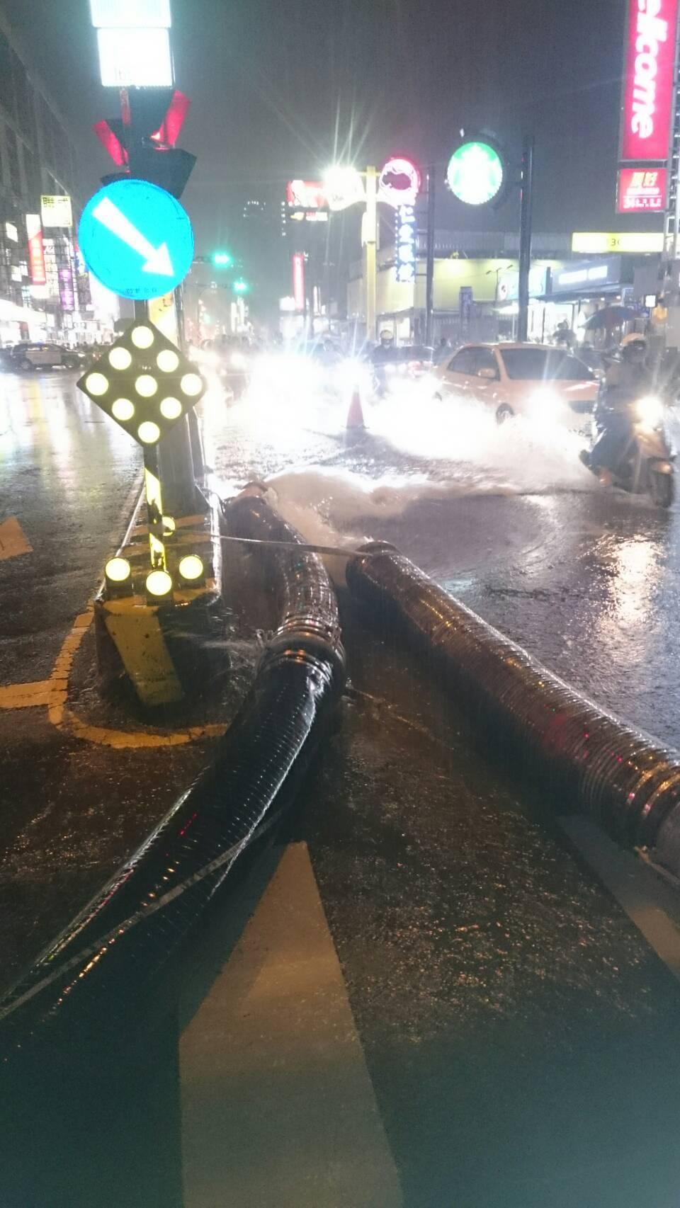 台南市永康區中華路154巷下午因急驟雨又淹水,水利局緊急啟動抽水機。圖/台南市政...