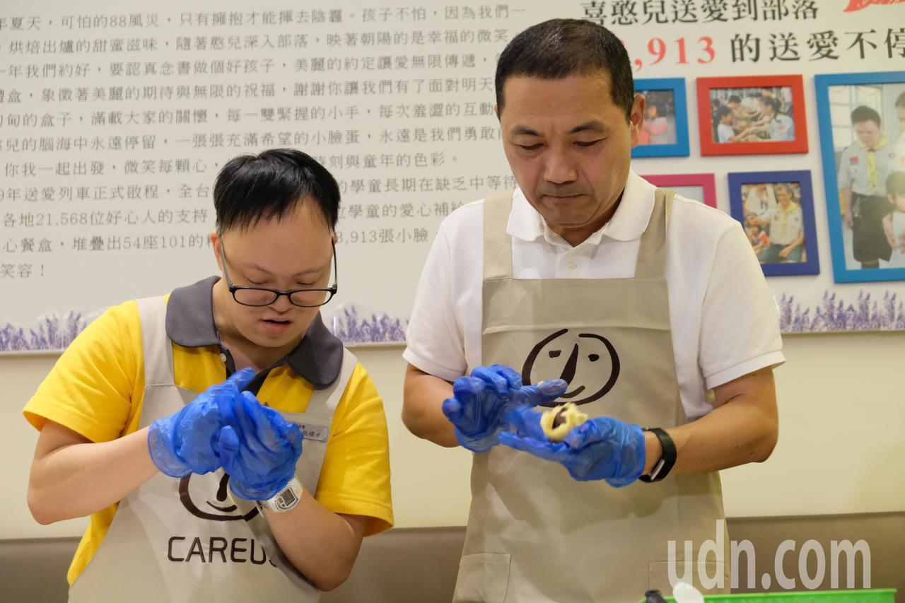 侯友宜今天到喜憨兒烘焙屋,挑戰親手製作蛋黃酥。記者張曼蘋/攝影
