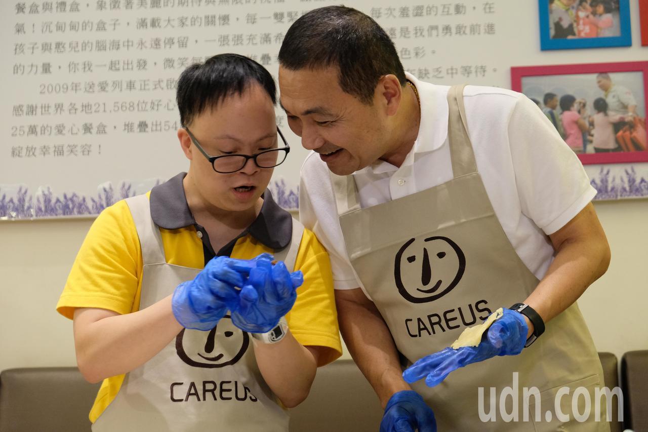 侯友宜體驗做蛋黃酥,笑說做蛋黃酥真的很難。記者張曼蘋/攝影