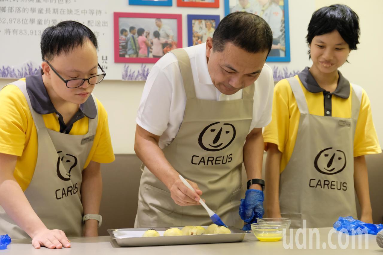 侯友宜將蛋液塗抹在剛捏好的蛋黃酥上。記者張曼蘋/攝影