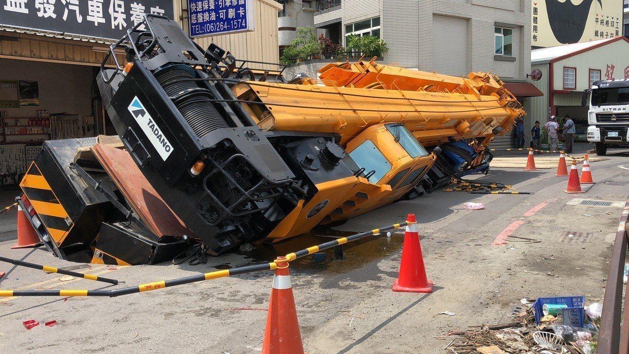 百噸吊車陷「天坑」賠償談不攏 ,影響後續拖吊作業,市府強調,會盡速排除狀況。記者...