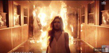 S.H.E為慶祝出道17周年,請來吳青峰寫新歌「十七」,7日下午5點MV上架,事前華研已透露將會重現S.H.E出道至今的重大事件,其中最受歌迷注目且心疼的莫過於Selina被火吻的事件,果然而MV一...