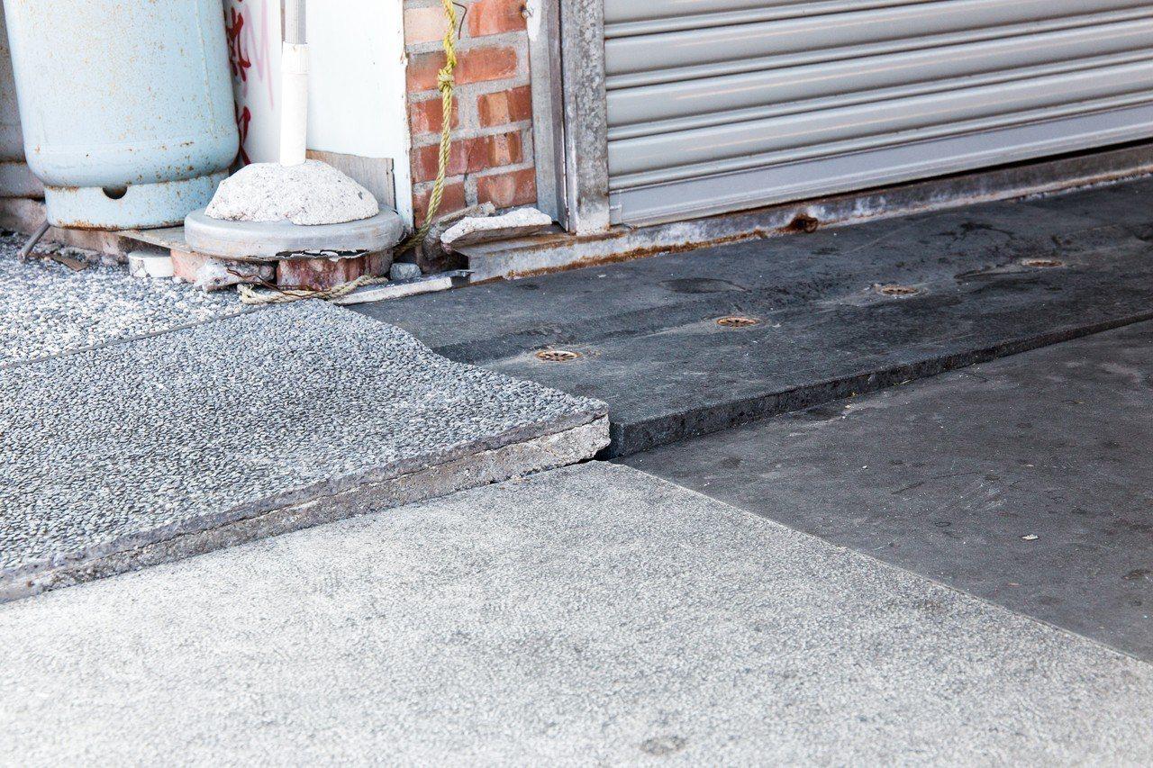 東大門夜市採用高級黑白花崗石地磚,經0206強震後,現今有多處地磚位移,造成逾3...