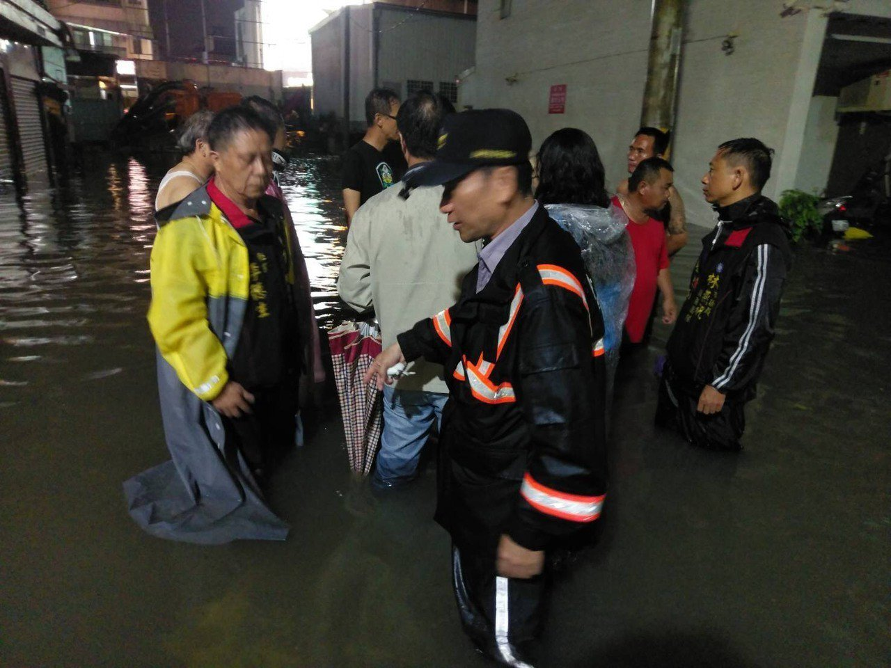台南市永康區晚間一陣大雨,中華路154巷又「瞬間淹水」,員警冒雨涉水疏導交通,維...