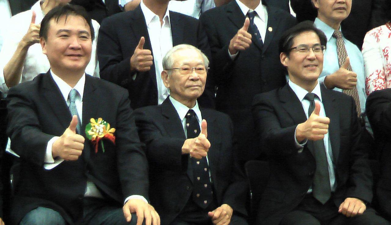 近來鮮少公開露面的高醫大董事會前董事長陳田植(中),也出席了新任校長就職典禮。記...