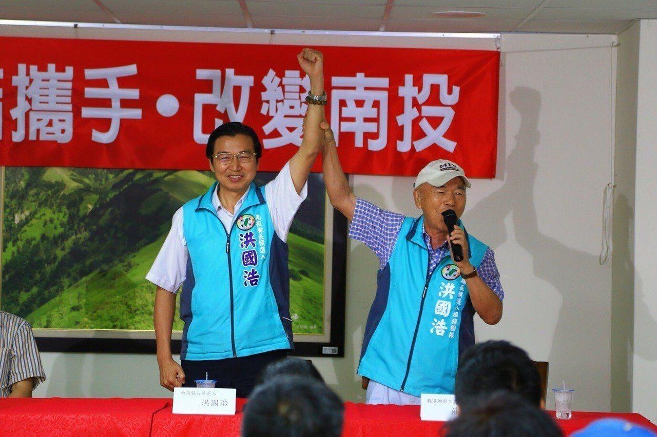 洪國浩(左)由「 小英之友會」的顧問莊萬振(右)擔任競選總部主委。記者張家樂/攝...