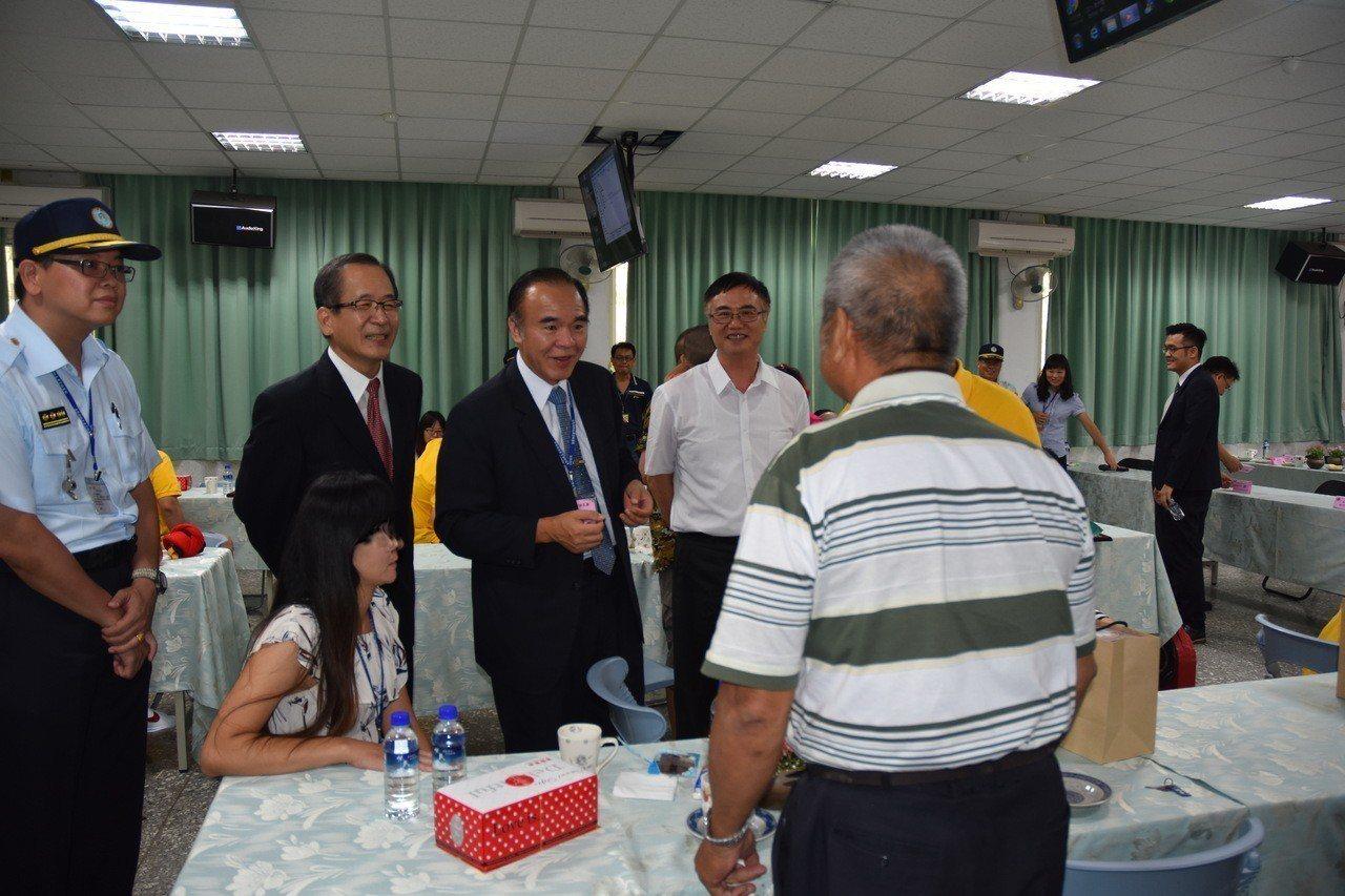 矯正署長黃俊棠(左三)慰問家屬,家屬感謝獄方給孩子重新做人機會。記者蔡維斌/攝影