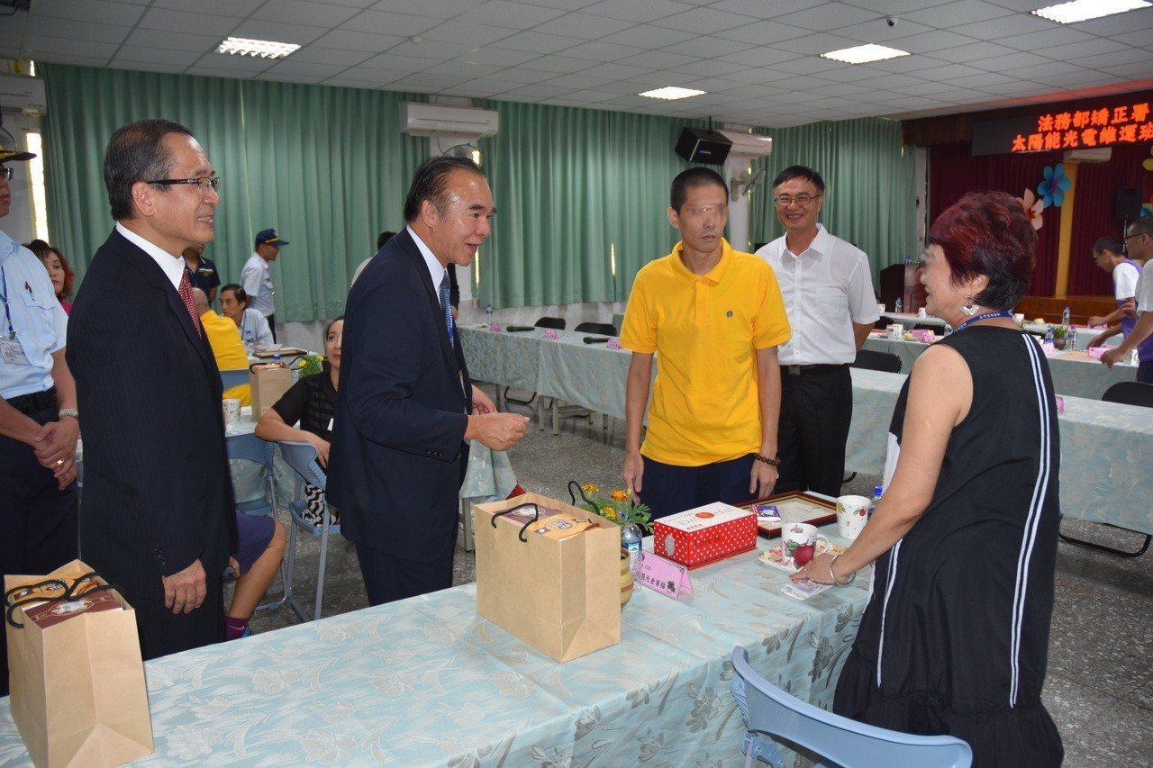 矯正署長黃俊棠(左二)慰問家屬,家屬感謝獄方給孩子重新做人機會。記者蔡維斌/攝影
