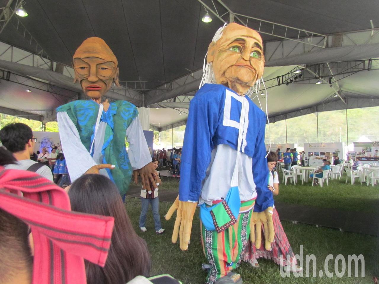 代表阿美族精神,身長3公尺多的巨偶進場,帶來一陣轟動。記者張家樂/攝影