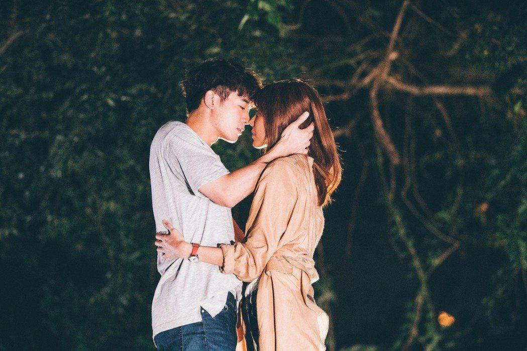 邵雨薇、吳思賢浪漫擁吻。圖/東森提供