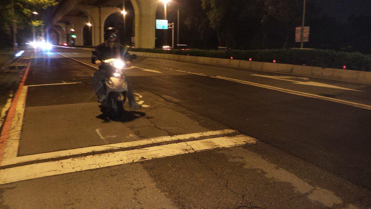 高雄市左楠路今天凌晨發生女騎士自摔,顱內出血事故後,傍晚市府派工已修復事故路面。...
