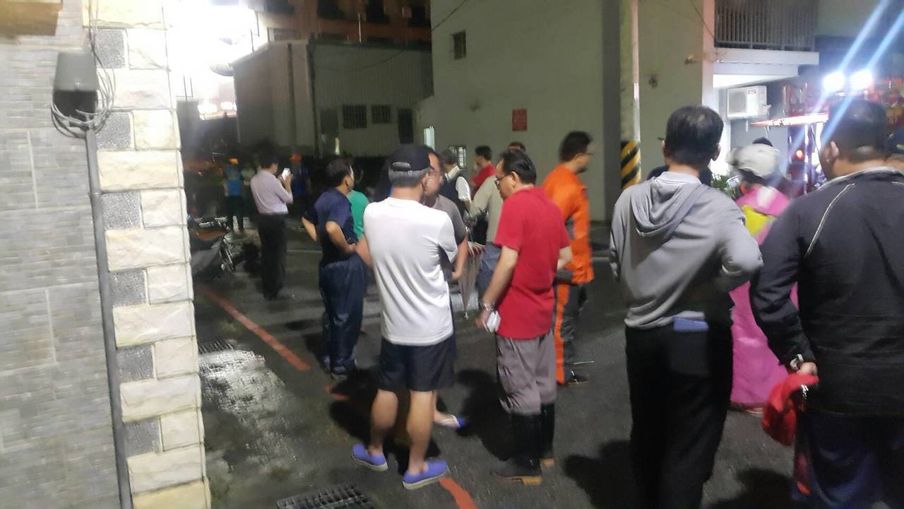 台南市永康區中華路 514巷晚間積水已消退,但有不少住戶驚魂未定,被安置到飯店過...