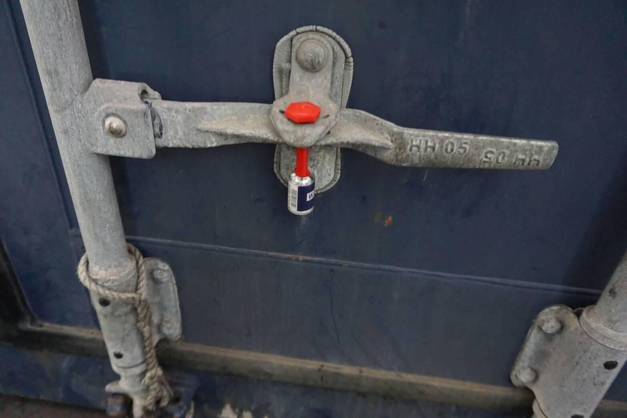 軍備局6日趕到高雄港63號碼頭,攔阻貨櫃,7日會同海關人員,開櫃確認櫃號,貨櫃內...
