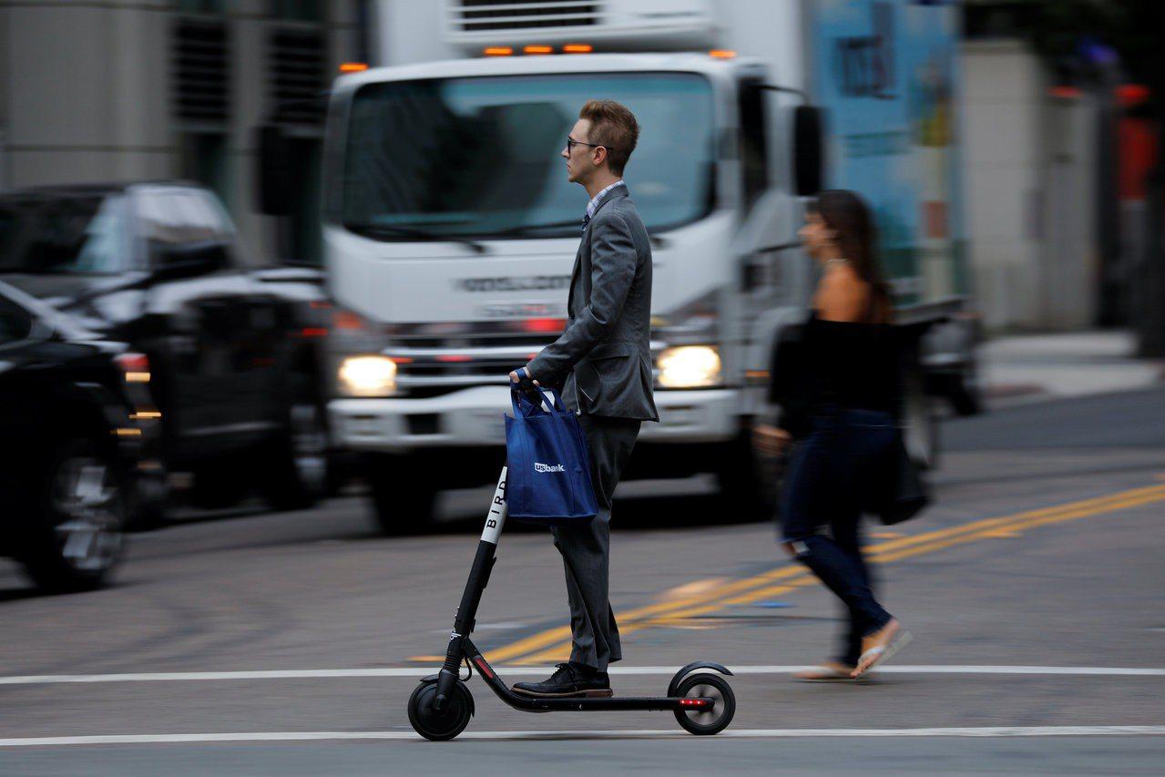 共享電動滑板車10月可重返舊金山。圖為目前在聖地牙哥營運的Bird滑板車。(路透...