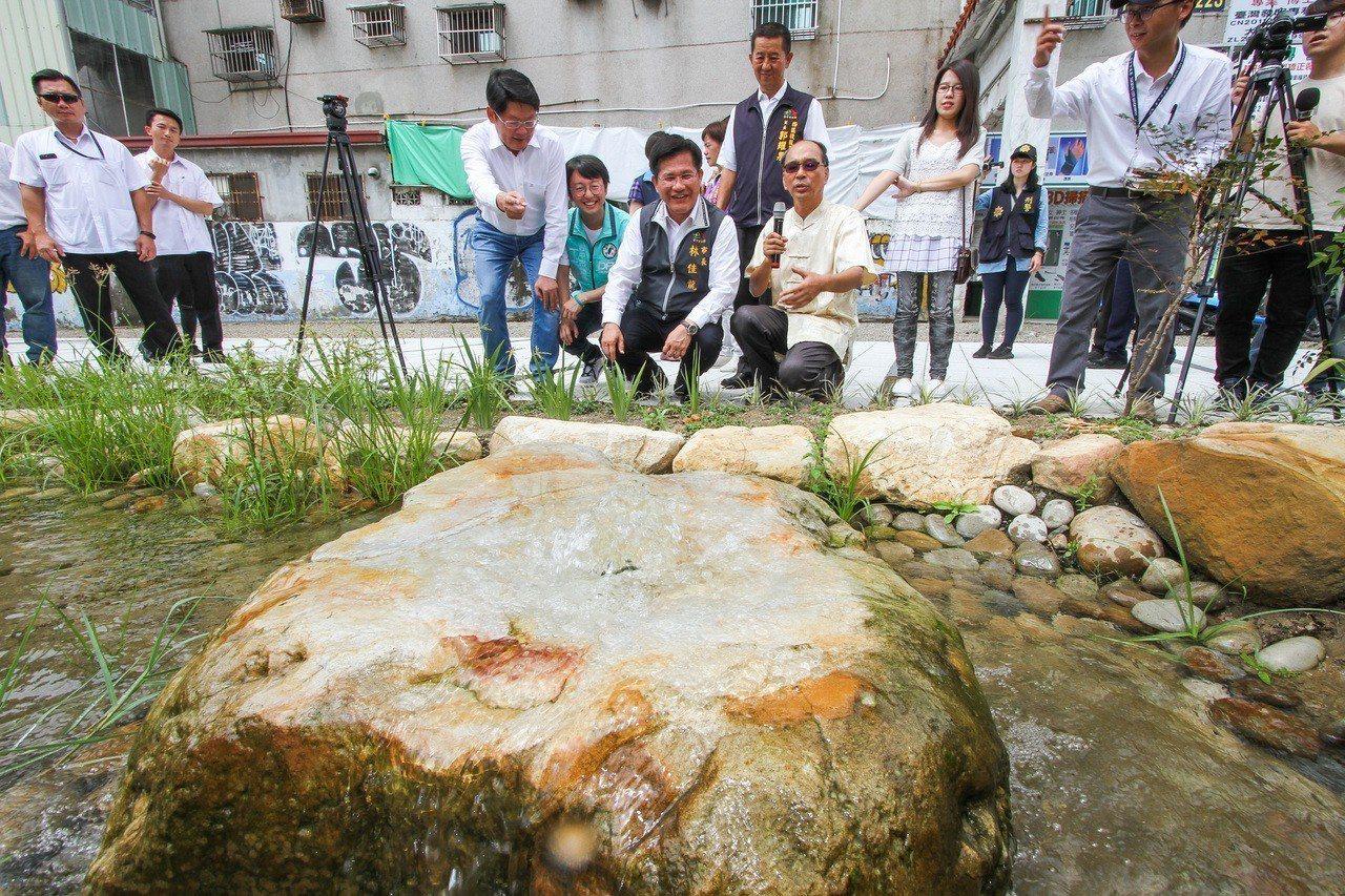 建設局打造「茄苳樹王文化生態公園」,採用自然工法設置荷蓮共生的景觀生態池,配合公...